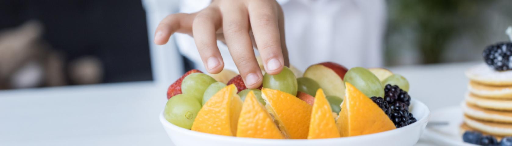 Kinderdietist kind fruit eten